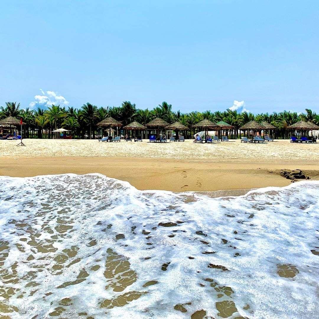 Sóng biển tung bọt trắng xóa ở bãi biển non nước Đà Nẵng