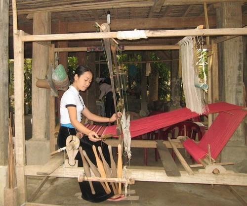 Cô gái Thái dệt thổ cẩm