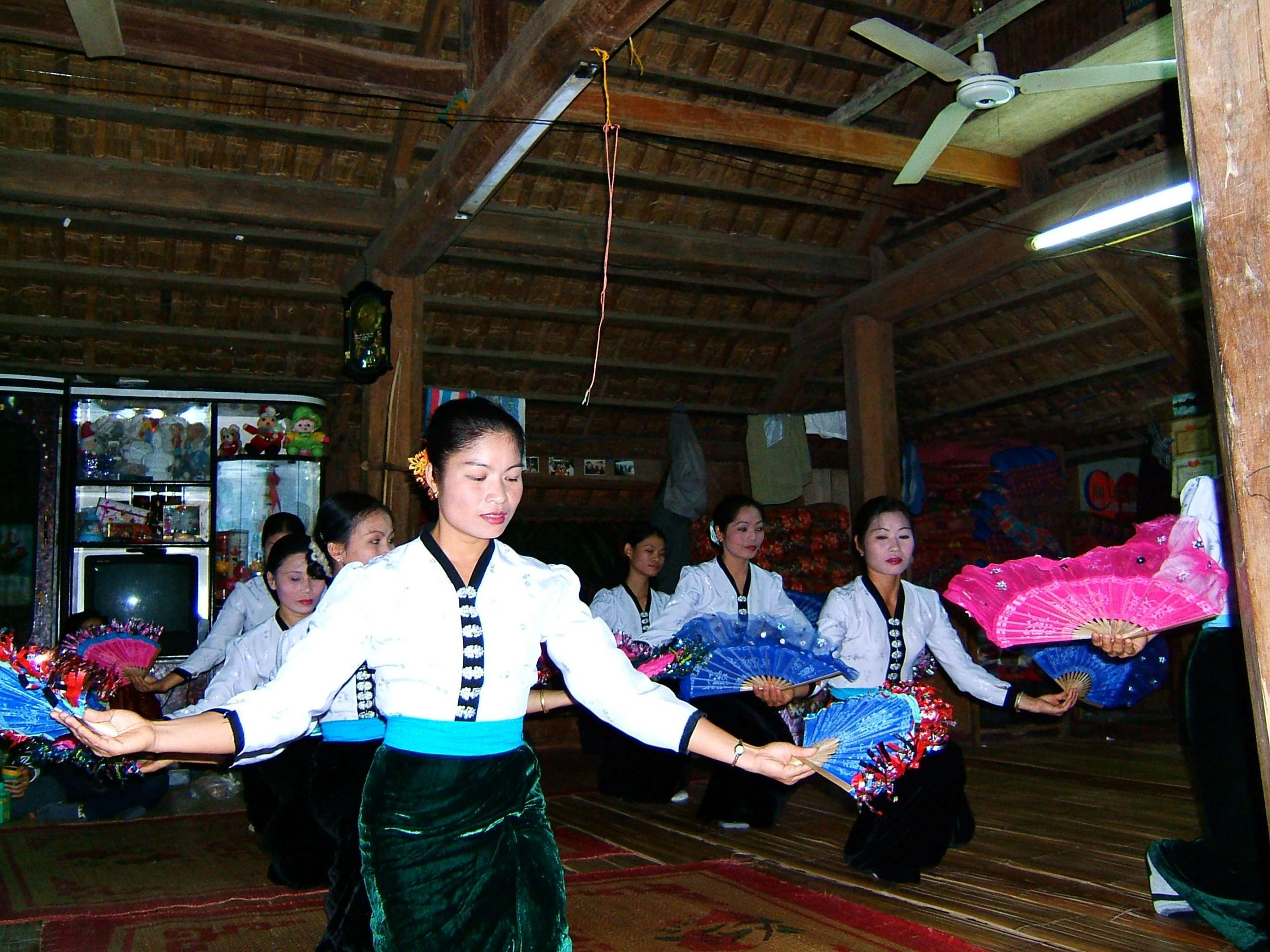 Tiết mục múa quạt của người Thái ở Mai Châu